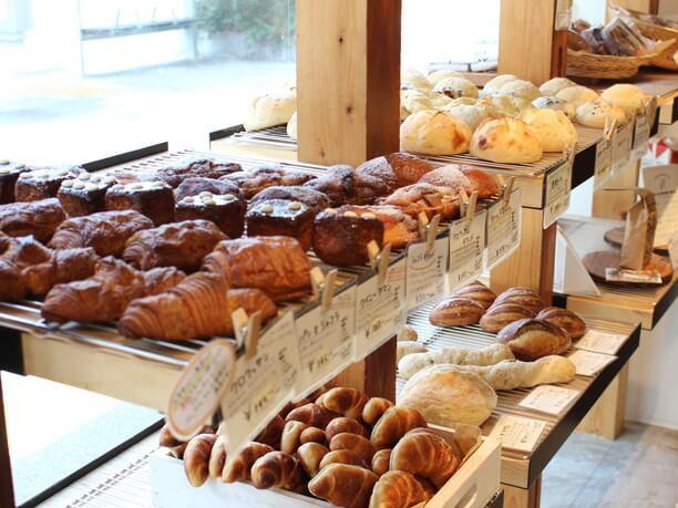 棚に並んだ焼き立てパン