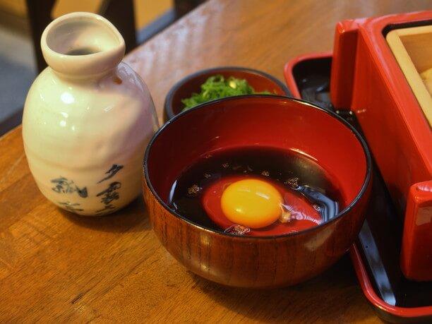 生卵が入った熱々のお汁