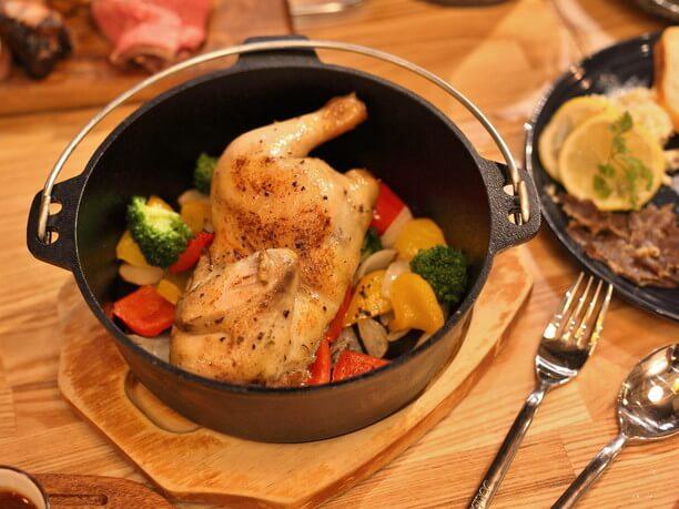 野菜や鶏肉を丸ごと入れて焼き上げるダッチオーブン