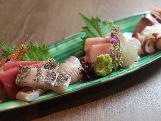5種類2切ずつの鮮魚が並ぶ「お造り盛り合わせ」