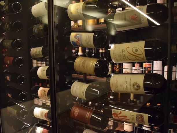 ヴィンテージワインも並ぶワインセラー