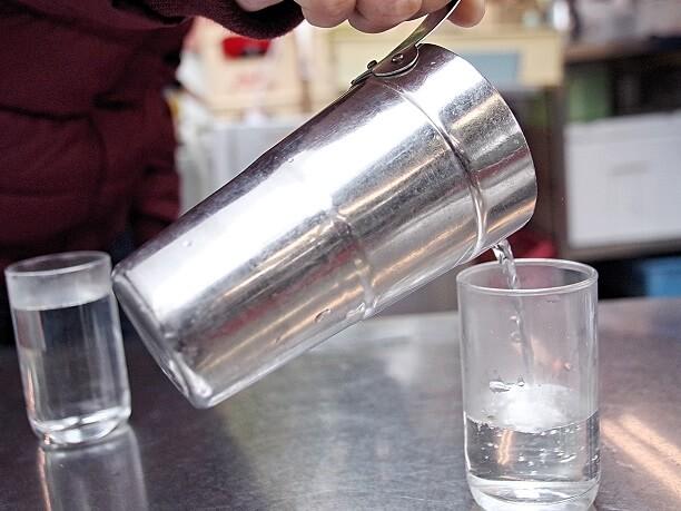 コップ酒でいただく燗酒や焼酎割り