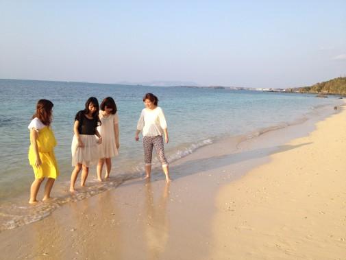 沖縄の海で遊ぶ女性たち