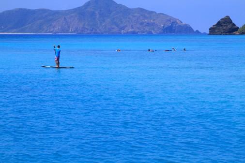 海でボートを漕いでいる人