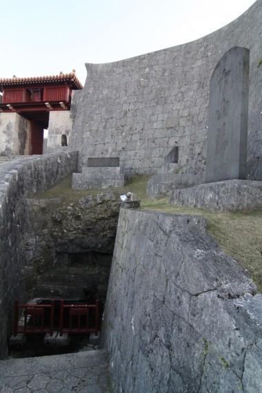 首里城の石壁と石碑