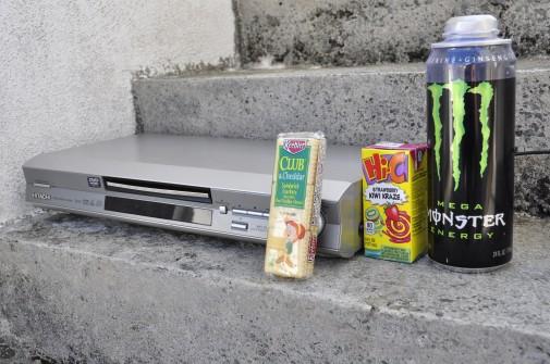 DVDプレーヤー、モンスター、お菓子、飲み物