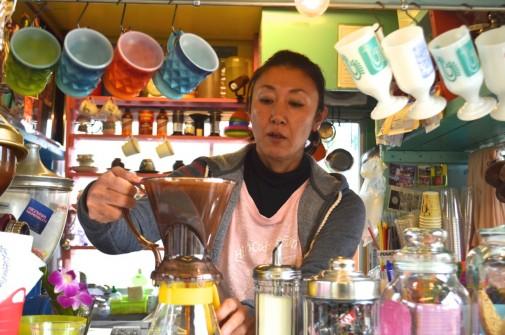 コーヒーを淹れている女性