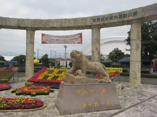 阪神タイガースを出迎える石像