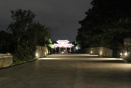 ライトアップされた首里城の門