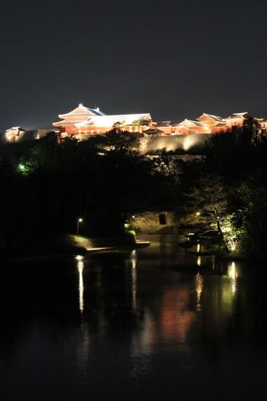 湖とライトアップされた首里城