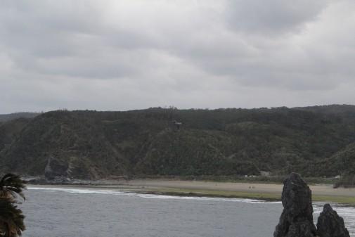 遠くに見えるヤンバルクイナ型の展望台