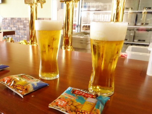 2杯のビールとおつまみ