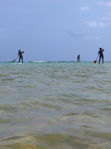 海面を進む人達