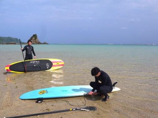 浜辺で準備する人達