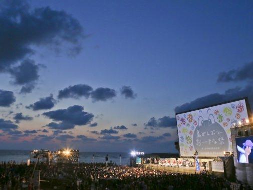 巨大スクリーンと夜の空