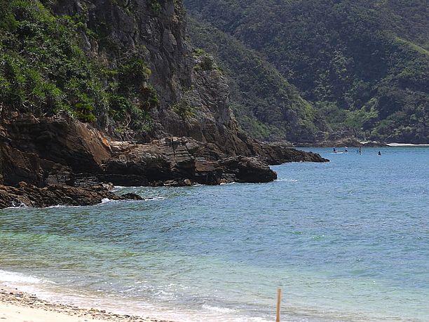 湾状で通常海況は穏やかな浜