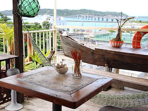 沖縄の旧来の船サバニがデーブルに
