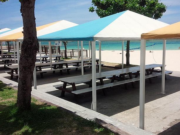 沖縄ビーチでテント貼る