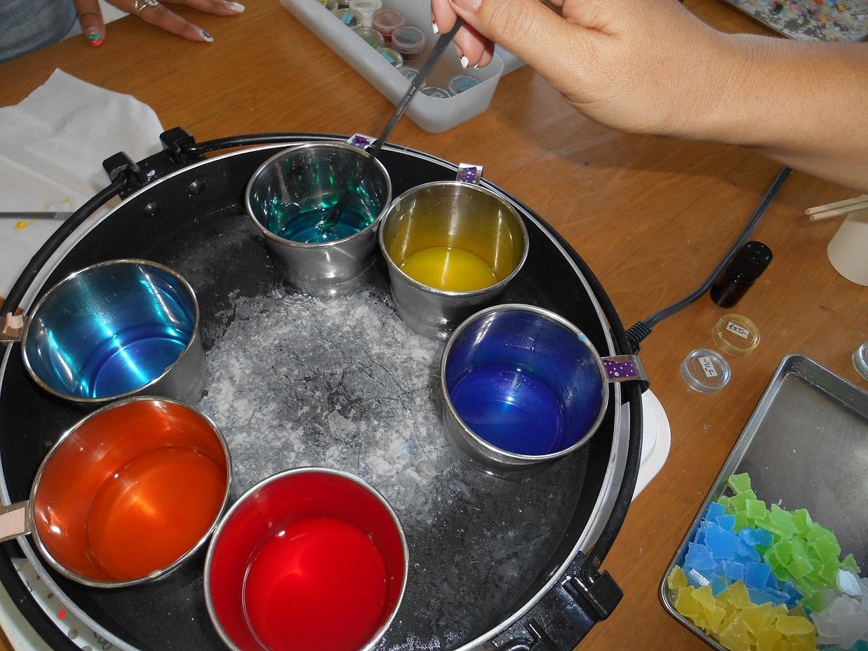 キャンドル。顔料を混ぜて色作り