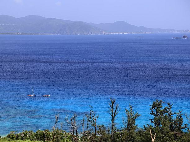 透明度の高い真っ青の海