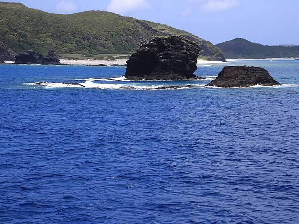 そそり立つ岩礁などダイナミック地形