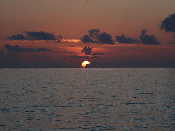 下地島空港の沿いの道路から見る夕日