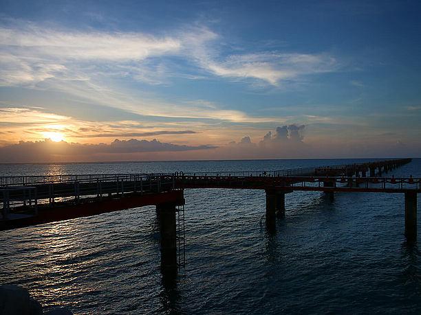 夕日スポットは下地島空港の沿いの道路