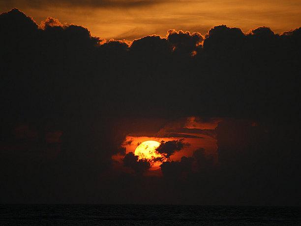 雲の間からひょっこり夕日