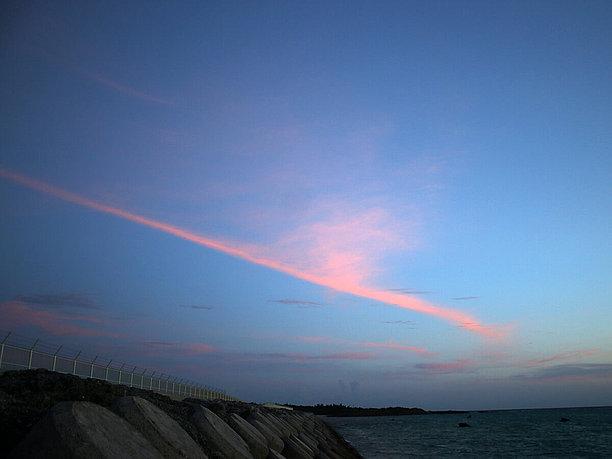 水平線近くの赤く焼けた空