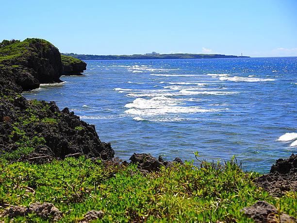 隆起珊瑚による巨大な 岸壁