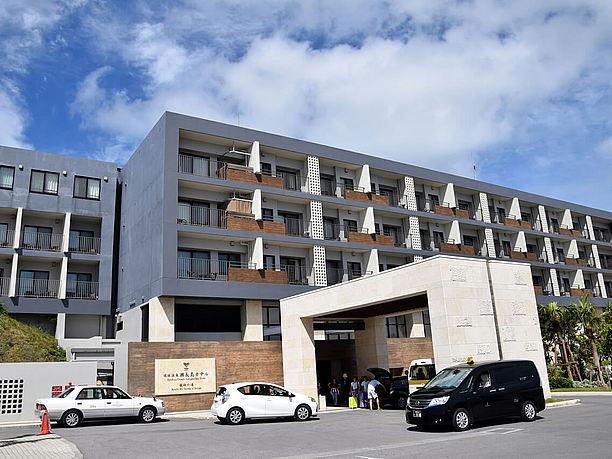 高台に建つ琉球温泉・瀬長島ホテル