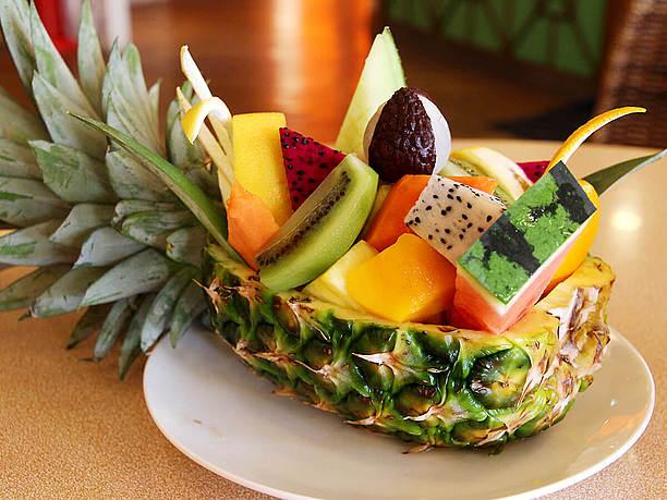 パイナップルに盛られた「フルーツボード(1,250円)」