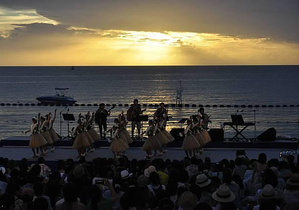 沈み行く夕陽に照らされるフラダンス