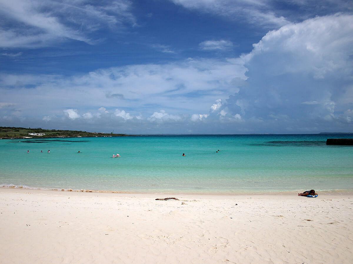 白い砂浜青い海