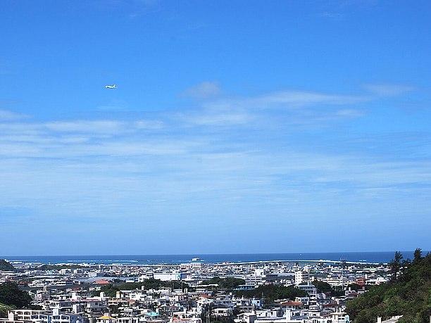 出口を抜けると青い海がと白い飛行機が