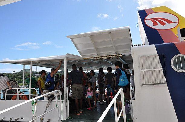 渡久地漁港から高速客船「ニューウィングみんな」