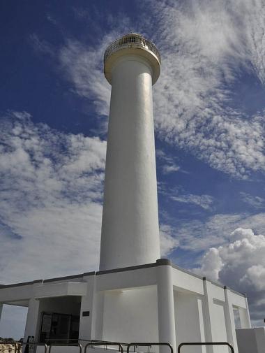 岬の先にそびえ立つ灯台