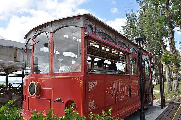 赤いシャトルバスに乗って公園内を観光