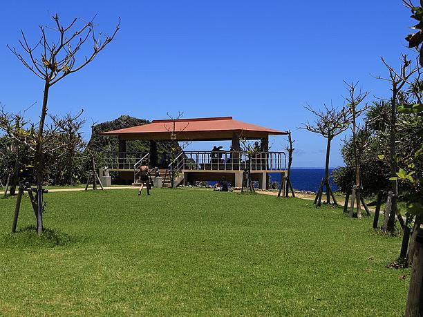 断崖絶壁の岬先端にある屋根付きの展望台