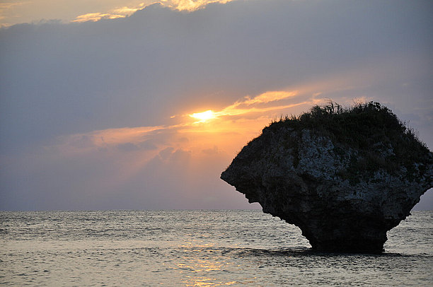 自然が作り出した海の中のノック岩