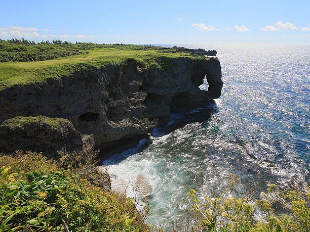 """巨大な穴が穿たれた奇岩""""象の鼻"""""""
