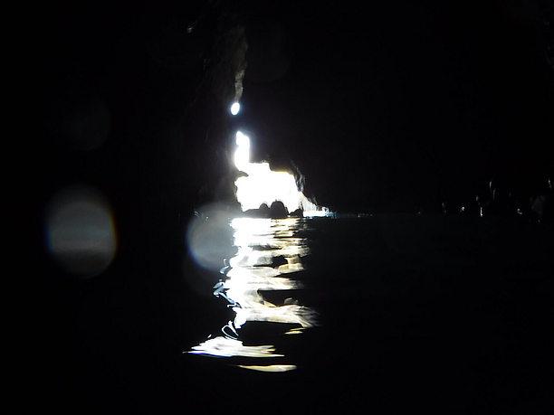 光の届かない暗い洞窟