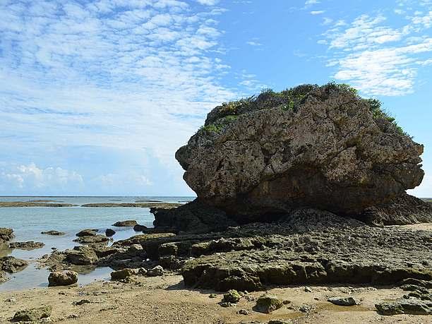 ビーチの両端に点在しているおもしろい形をした巨大な岩