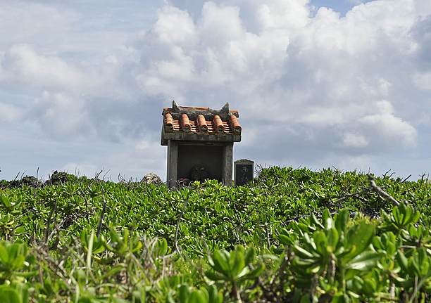 灯台の近くにある拝所(ウガンジュ)