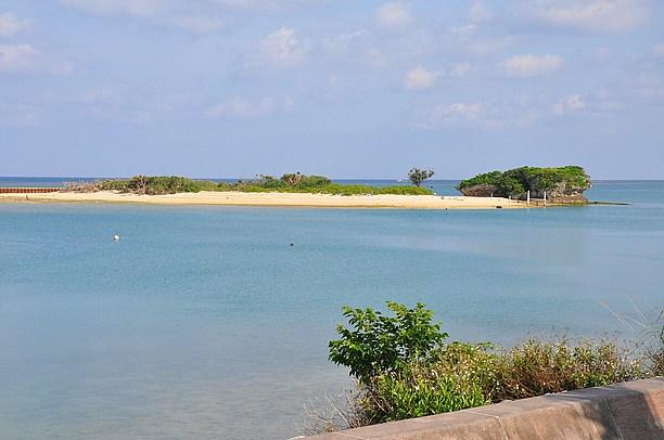 アラハビーチを南方面に小さい無人島