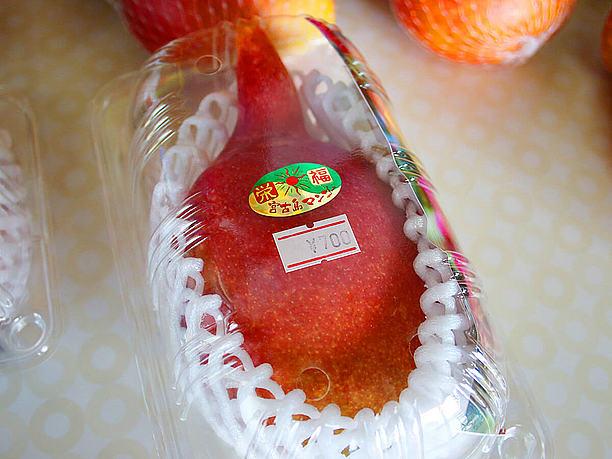 角が生えたような変わった形のマンゴー
