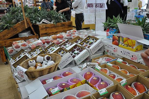 地元の農家さんから仕入れた新鮮な沖縄野菜や果物
