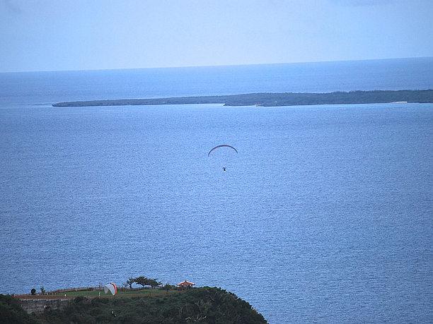 ゆったりした時が流れる。美しい沖縄の海と空。