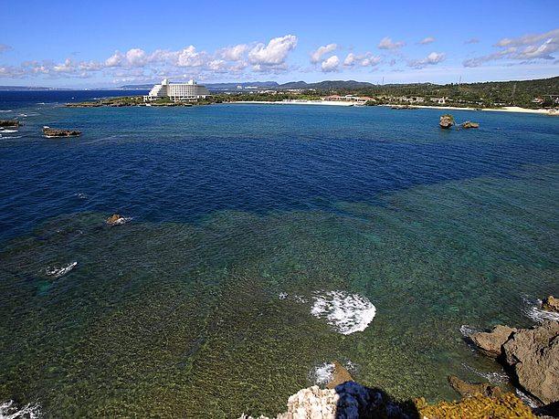 恩納の紺碧の海との見事なコントラスト
