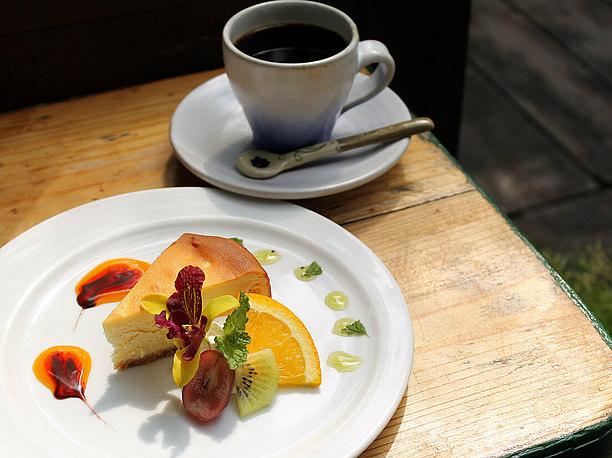 香り高い自家焙煎コーヒーとスイーツでゆったりカフェタイム
